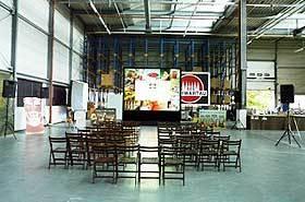Die Rückprojektion mit ca. 4*3m Größe mit XGA Auflösung wurde bei den Schwartauer Werken in Lübeck mit zwei 16.000 ANSI Lumen XGA LCD Beamer bzw. Projektoren im Stacking realisiert.