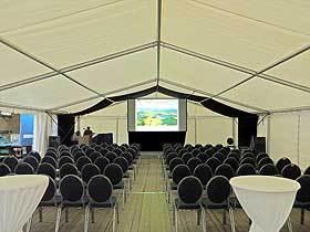 Tageslichtprojektion: Eine Gain 26 Hellraumleinwand ermöglicht in einem Zelt ein kontrastreiches Darstellungsergebnis.