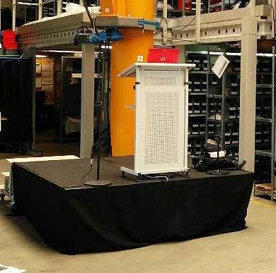 Rednerpult auf Podest mit zwei Sennheiser ME36 Mikrofonen