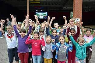 Ein kontrastreiches Fußballerlebnis ermöglichten drei Hellraumleinwände von Revosoft beim ASB EM Public Viewing in Barsinghausen. Beamerverleih Lübeck