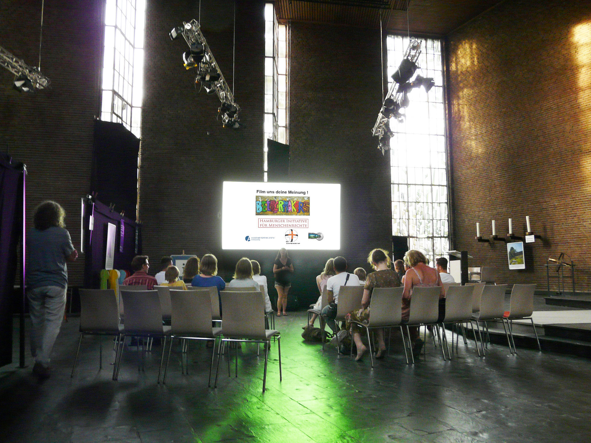 Tageslichtprojektion mit einer Revosoft Hellraumleinwand in der Jugenkirche in Hamburg Ottensen