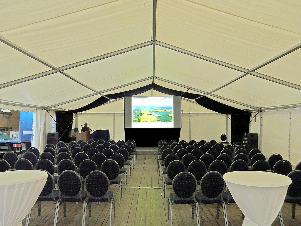 Tageslichtprojektion in einem Zelt mit einer Revosoft Hellraumleinwand auf der Sondermülldeponie Rondeshagen.