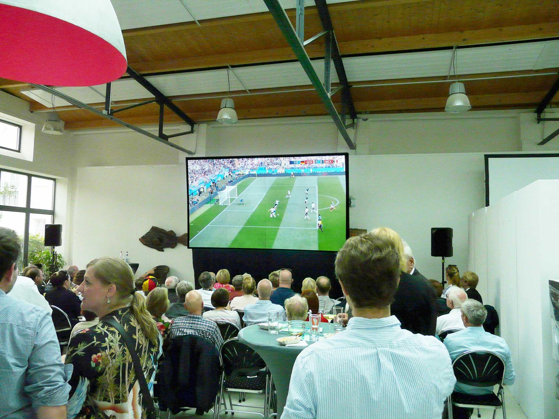 Die Tageslichtprojektion zur WM 2018 mit einer Revosoft Hellraumleinwand bei der CDU Blankenese begeisterte auch Felix Magath.